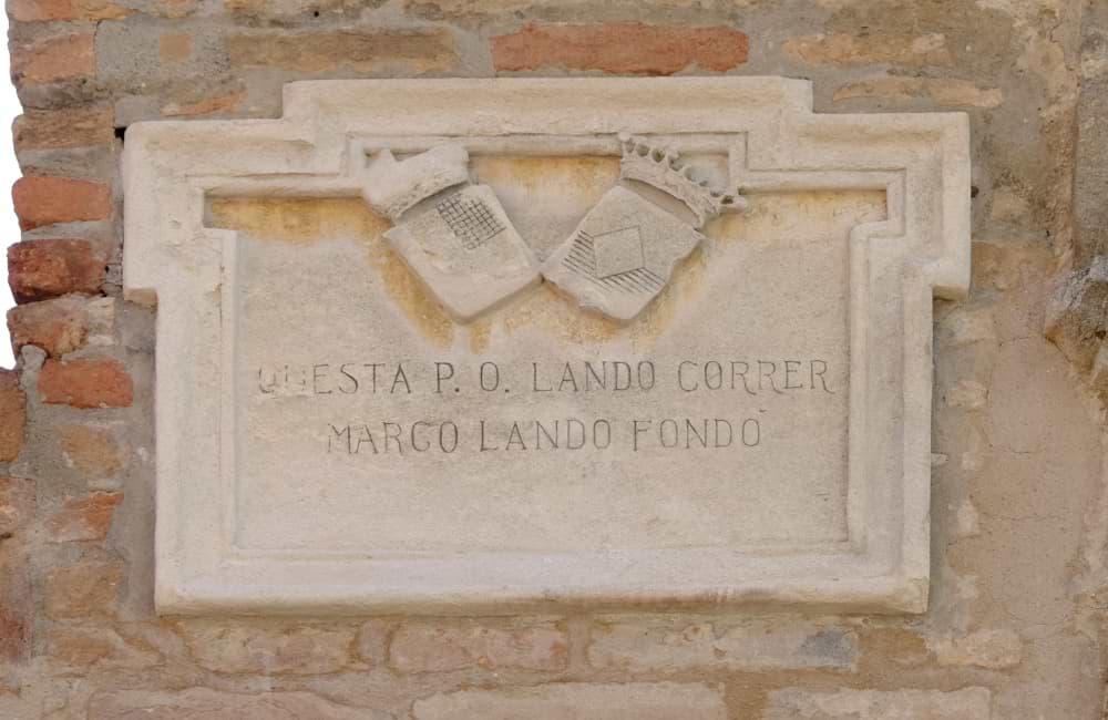 La targa commemorativa del fondatore all'ingresso del complesso monumentale